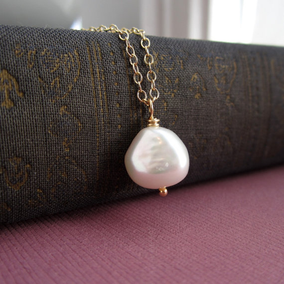 Mariage - Nugget pearl necklace, freshwater pearl. bridesmaid necklace, gold or silver, pearl wedding jewelry, simple bridesmaid gift, pearl pendant