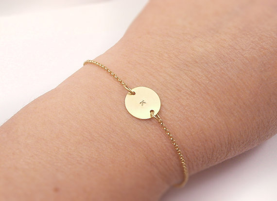 Свадьба - Gold Monogram Personalized Initial Circle Bracelet  - For Her, Mother gift, Anniversary, Wedding Bridesmaid Gift, Dainty Delicate Jewelry
