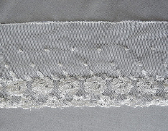Mariage - Embroidered Vintage Trim - Fine White Tulle with Embroidered Flowers - 2-2/3 Yards long - Vintage 1950s, wedding, lingerie