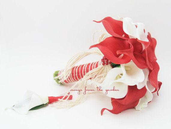 Свадьба - Red & White Real Touch Calla Lily Bridal Bouquet Groom's Boutonniere Accented with Jute Bow Red White Wedding Flower Real Touch Calla Lilies