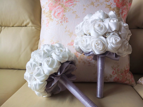 Mariage - Handmade Satin Rose Bouquet- All White Flower accented with Silver Handle, pearsl & rhinestone (Medium, 7 inch)