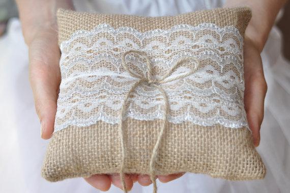Mariage - Burlap ring pillow Burlap Ring Bearer Pillow with Ivory Silver lace Ring cushion Woodland / Rustic / Cottage style Weddings