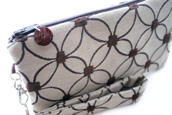 Свадьба - Tan clutch - small purse - rustic bridesmaid wedding accessory - womens evening bag - wristlet - brown circles fabric purse - MADE TO ORDER