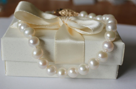 Mariage - Round Fresh Water Pearl Bracelet, hand knotted pearls, 7-8mm Pearls, Bridesmaid bracelet, Bridal Pearl Bracelet, Birthday, Mother Gift