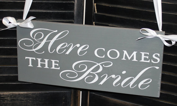 Mariage - Here Comes the BRIDE Sign/Photo Prop/Great Shower Gift/Gray/pewter/Reversible Options