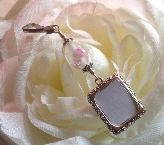 Mariage - Wedding bouquet photo charm. Brides memorial charm- Pink flower designs.