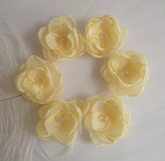 Свадьба - Small pastel Yellow Cream fabric flower in handmade, Bridal hair accessories, Hair clip, Shoe clip, Set of 6, Bridesmaids, Flower girls