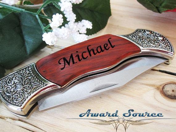 Свадьба - 1 Groomsmen Gifts - Custom Engraved Rosewood Wood Handle Pocket Knife  - Groomsman Best Man Ring Bearer Gift