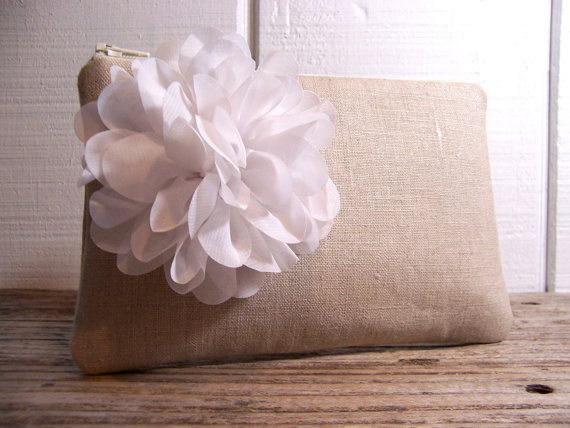 Mariage - Small Clutch in linen fabric with large white flower , perfect for a romantic wedding  . Would be great for a night out or for cosmetics.