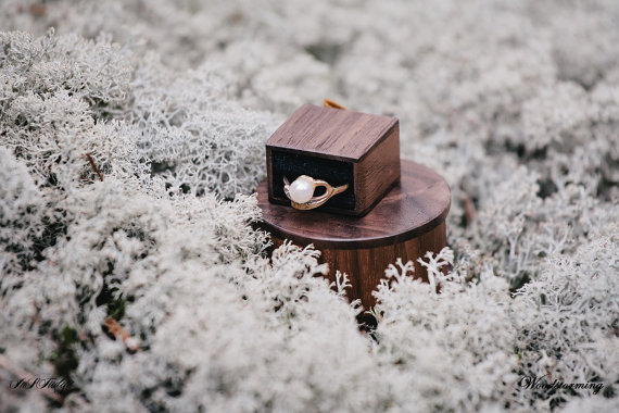 Hochzeit - Round wooden ring box with black pillow for ring - Made to order