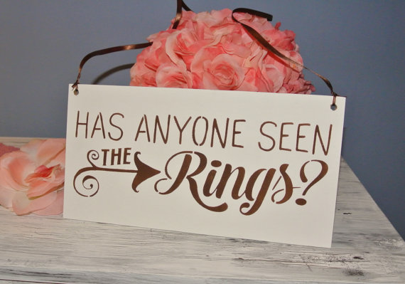 Mariage - Wedding Sign, Has anyone seen the rings, brown and white dark brown, rustic chic wedding decor, wooden sign, handpainted handcrafted