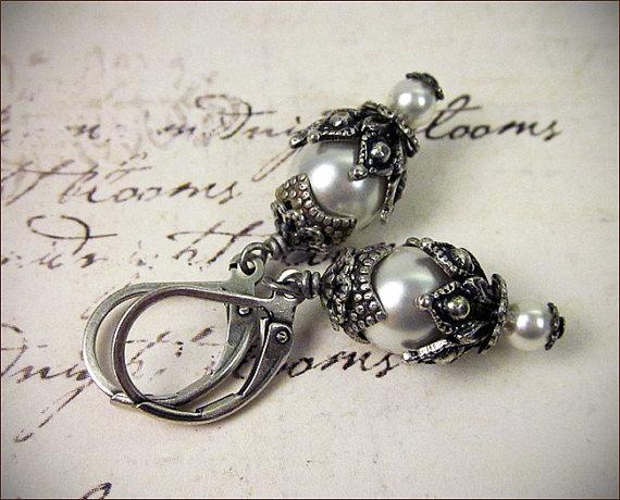 Свадьба - White Pearl Earrings, Pearl Bridal Jewelry, Swarovski Elements Pearl Drop Earrings, Medieval, Garb, Renaissance, Victorian Bridal, Rhiannon