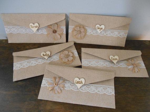 زفاف - Personalized Bridesmaid's Gift Rustic Natural Burlap Clutch Purse Wedding Clutch Chalkboard or Wood Tag with Lace Burlap Flower