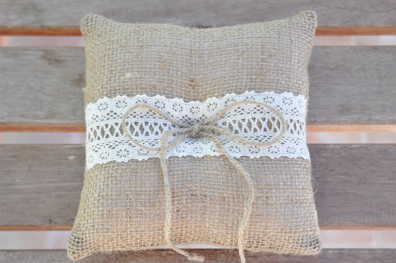 Свадьба - Burlap ring pillow Burlap Ring Bearer Pillow with Ivory Cotton trim Ring cushion Woodland / Rustic / Cottage style Weddings