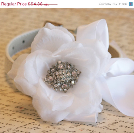 Свадьба - White Floral collar, Pet accessory, Wedding accessory, Dog Lovers, white flower with rhinestone, Victorian, Vintage wedding, White Wedding