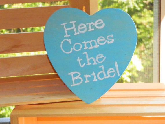 Mariage - Personalized Here Comes the Bride Rustic Heart Sign - Hand Stained and Hand Painted