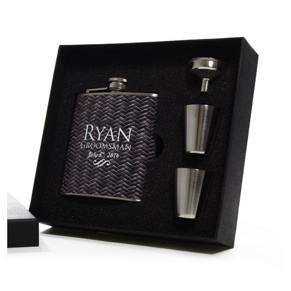 Свадьба - Groomsmen Gifts - Personalized Faux Carbon Fiber Flask Set