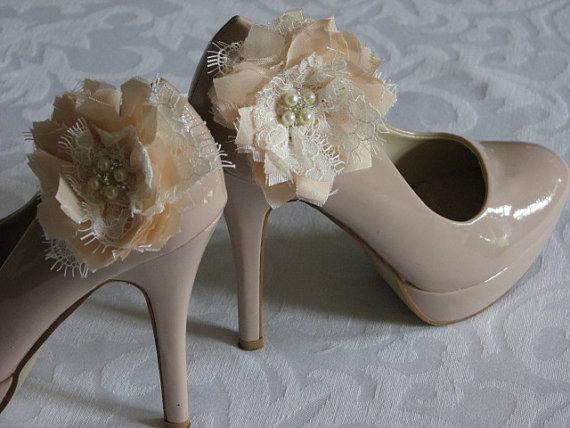 Hochzeit - Peach shoe clips Lace shoe flowers Wedding shoe flowers Peach shoe flowers Peach shoe clips Ivory lace Peach wedding shoes Peach wedding