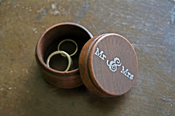 """Hochzeit - Wedding ring box.  Rustic wooden ring box, ring bearer accessory, ring warming.  Small round ring box with """"Mr & Mrs"""" design in white."""
