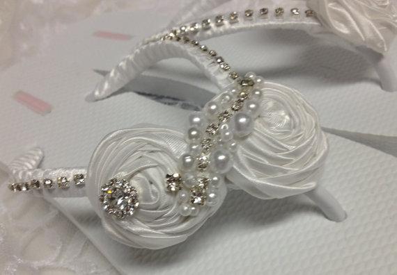 Свадьба - Bridal Flip Flops / White Rolled Flowers Flip Flops / Wedding Flip Flops / Bridesmaids / Bridal Sandals / Bridesmaids Shoes / Wedding shoes.
