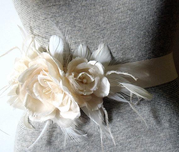 Свадьба - Light champagne triple rose bridal belt - silk rose wedding sash - silk flower bridal brooch