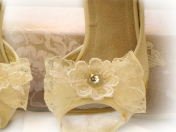 Mariage - BRIDAL SHOE CLIPS, Ivory Shoe Clips, Vintage Lace Wedding Shoe Clips, Flower Shoe Clips, Bow Shoe Clips, Wedding Shoe Clips Rhinestone