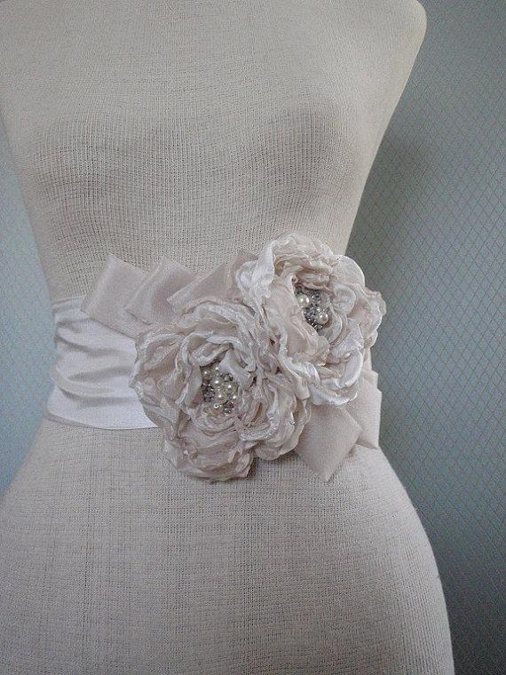 Mariage - free shipping READY TO SHIP    Bridal, wedding,  handmade champagne  and off white,  two   flowers sash