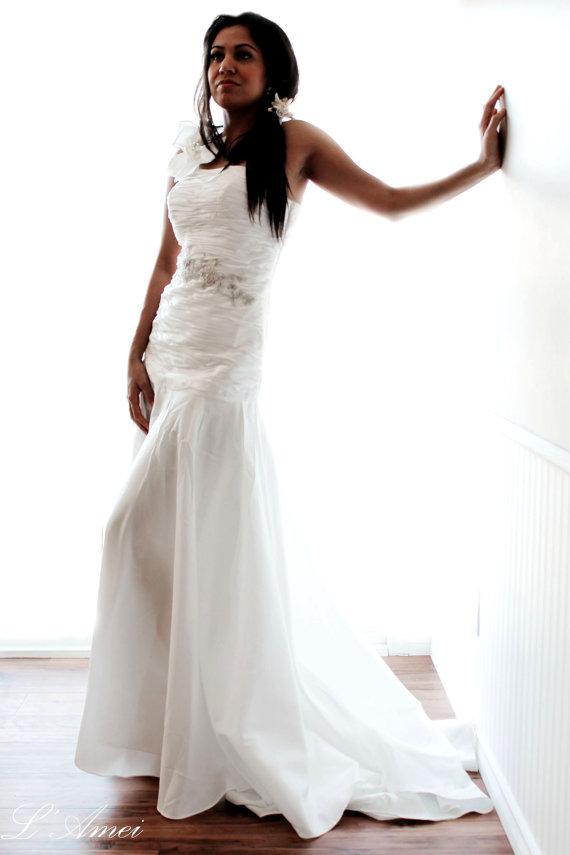 Свадьба - Handmade Ivory White Floor Length Asymmetric Wedding dress, Single shoulder Bridal  Gown, Beach Style