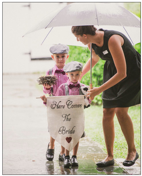 Mariage - Here comes the Bride Sign -Wedding sign with heart-Burlap sign any COLOR - flower girl and ring bearer