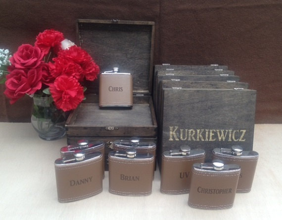 Свадьба - Groomsmen Gift Set of 9 Cigar Box/Flask Set - Laser Engraved Name - FREE SHIPPING - Stained and Personalized - Brown Leather Flask