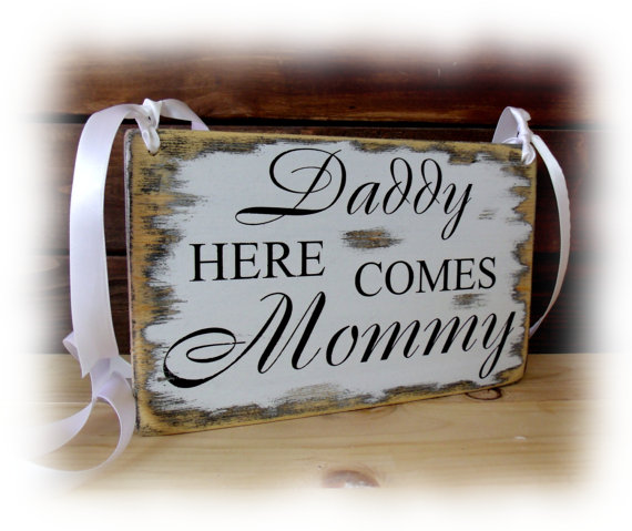 Свадьба - Daddy here comes mommy sign, Flower girl sign, rustic chic shabby chic primitive style wedding sign,5.5x9''