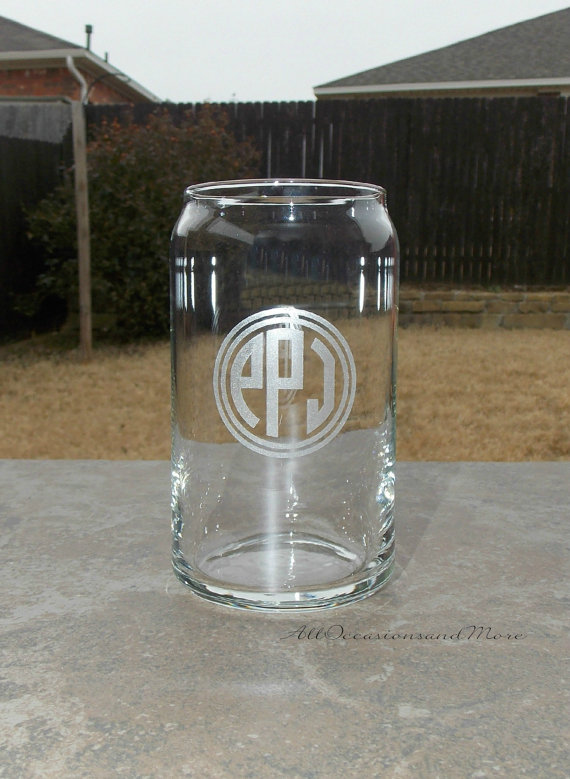 Свадьба - 1 Beer can glass, 16 ounces, custom engraved, groomsmen and wedding party gifts