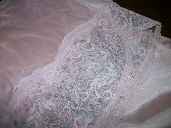 Свадьба - NEW Pink Half Slip  sz L - Beautiful Lace  - Sexy Slit - Vintage  MAde in USA