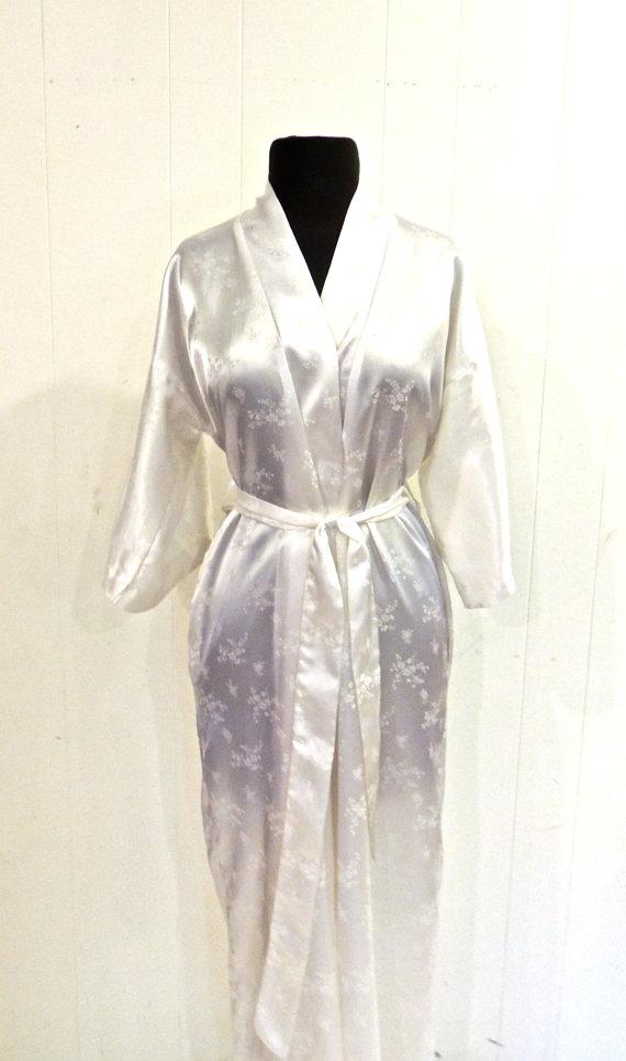 Hochzeit - vintage white silk robe - 1970s California Dynasty floral silk lingerie robe
