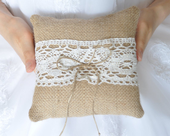 Свадьба - Burlap ring pillow Rustic Ring Bearer Pillow with Ivory / Gold cotton lace Ring cushion Woodland / Rustic / Cottage style Weddings