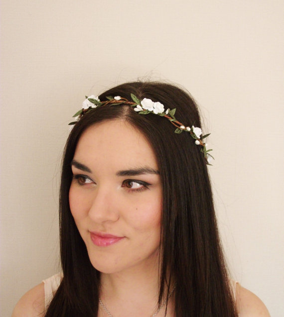 Mariage - White Woodland Paper Rose White Berry Green Leaf Vine Flower Crown - Floral Headband, Floral Crown, Festival, Floral Wreath, Wedding, Bridal