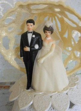 زفاف - RESERVED FOR ELIZABETH Vintage Wedding Cake Topper Bride And Groom Ivory White 1980s
