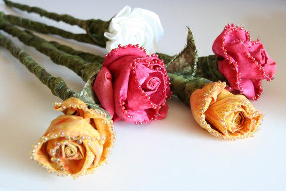 Свадьба - Bouquet of 5 Roses Everlasting Sculpted Fabric Roses Bridal Bouquet - Creamy Yellow Pink Fiber Art Flower Sculpture