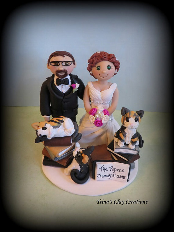 Свадьба - Wedding Cake Topper, Custom Cake Topper, Personalized, Polymer Clay, Bride and Groom, Three Pets, Books, Wedding/Anniversary Keepsake