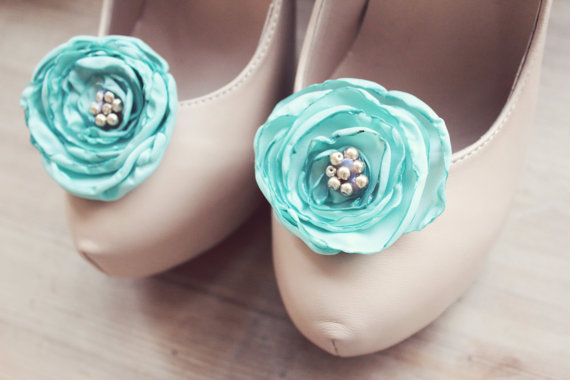 Mariage - somthing blue. handmade flower shoe clips. recycled. vintage. pearls.
