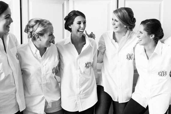 Свадьба - SET of 5 Bride and Bridesmaid Shirts - Wedding Party Oversized Monogrammed Shirt