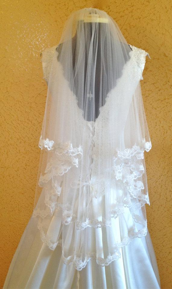 Mariage - Lace Veil,  wedding veil in Two tier,  Scalloped beaded lace edge,  fingertip length,  in white or ivory