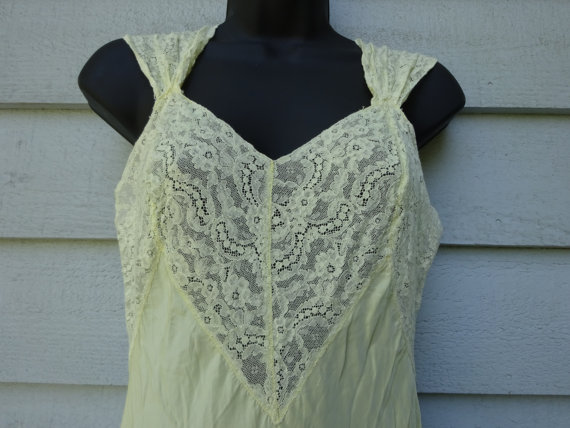 Hochzeit - Vintage 1940s Yellow Rayon Nightgown. Small Medium. Romantic 40s Lingerie. Forties Wedding Negligee. 34 Bust 38 Hips. Ankle Length.
