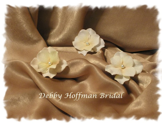 Mariage - Ivory, Cream Velvet Hydrangea Bridal Flower Hair Pins, Bobby Pins with Pearl,  Set of 3 No. 303,  Bridal Flowers, Wedding Hair Accessories