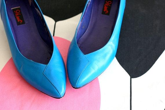 Mariage - Vintage 9 WEST Heels....size 8.5 womens..closed toed. heels. shoes. pumps. designer vintage. blue leather. classic. mod. nine west. twiggy