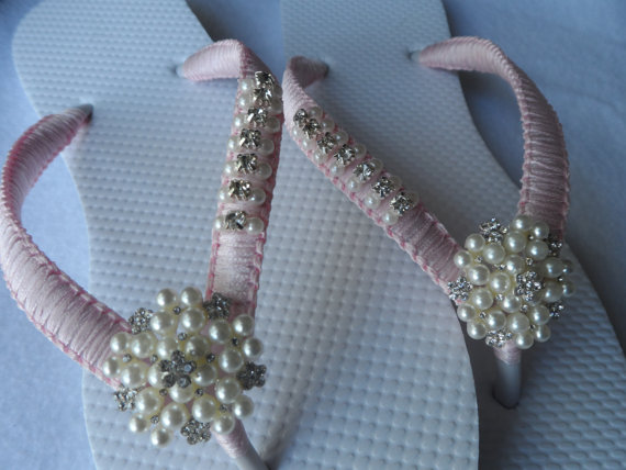 Hochzeit - Light Pink Wedding Flip Flops / Bridal Pearls Sandals / Purple Color Bridesmaid Shoes / Rhinestone & Pearls Flip Flops..
