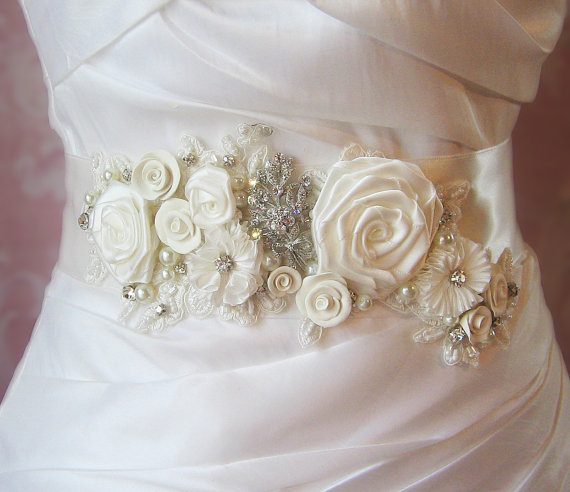 Mariage - Ivory Bridal Sash, Wedding Belt, Antique White Flower Sash, Pearls and Crystals - LAURA