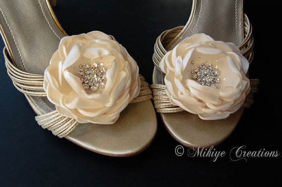 زفاف - Wedding Hair Flowers, Wedding Accessories, Shoe Clips, Sash Accessories -  2 Piece Set - Candlelight Creamy  Petals