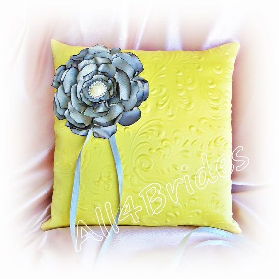 Mariage - Yellow and Grey ring bearer pillow, wedding ring bearer cushion. embossed fabric and handmade flower ring pillow.