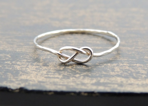 Mariage - Infinity Knot Sterling Silver Ring. Delicate Dainty bridal Jewelry Ring. Best friend gift idea. Christmas gift. Silver knot. Made to order